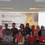 A group photo session: Director of SEAMEO QITEP in Language, resource persons and participants of the workshop