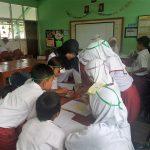 Ms Yayah Subarliah engages students in active learning (Monitoring and Evaluation of STAR Village Programme, Cihideung Ilir Village, 7–9 November 2017).