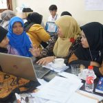 Picture 2. The participants develop lesson plans guided by the resource persons.
