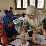 One of resource persons from the Centre, Ms Susi Fauziah, M.Hum., gives suggestions to participants during the session of designing HOTS-based lesson plan
